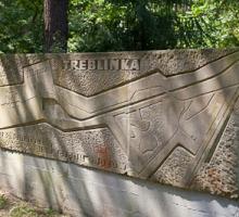 Stenen monument bij de ingang